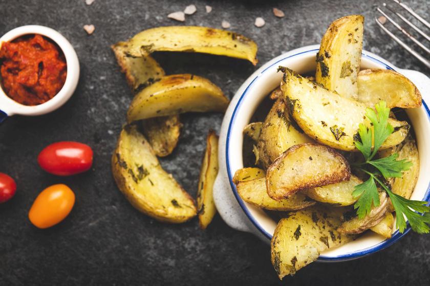 Fokhagymás, zöldfűszeres steakkrumpli: sokkal jobb a bolti mirelitnél