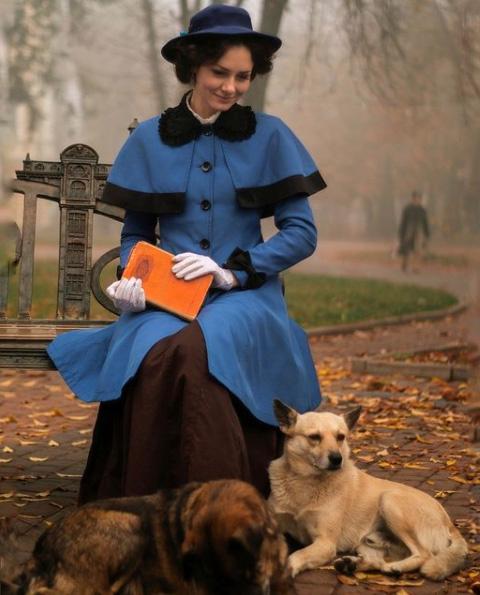 Az első 19. századi ruha, amit a hétköznapokban is viselni kezdett, egy kék kabát volt, amit nyolc évvel ezelőtt készített. Szép lassan pedig egyre több ehhez passzoló darabot készített és szerzett be.
