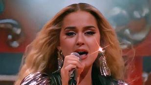 Katy Perry alakformáló bugyit villantott