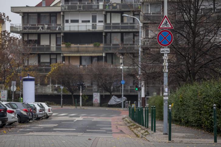 A kereszteződés a Kacsa-Kapás sarokról nézve. Innentől kétirányú a forgalom a Kacsa utcában, hisz itt már nincs egyirányú forgalmat jelző tábla, de a figyelmeztető táblára nagy szükség volna.