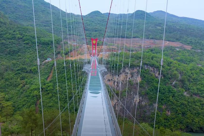 A kínai Guangdong megyében nemrégiben átadott híd 524 méter hosszú, kifejezetten turistalátványosságnak épült. A szurdok két oldala között húzódik, egyszerre 500 ember tartózkodhat rajta, a legbátrabbak az üvegpadlón át pedig tökéletesen szemügyre vehetik az alattuk jó mélyen elterülő folyót.