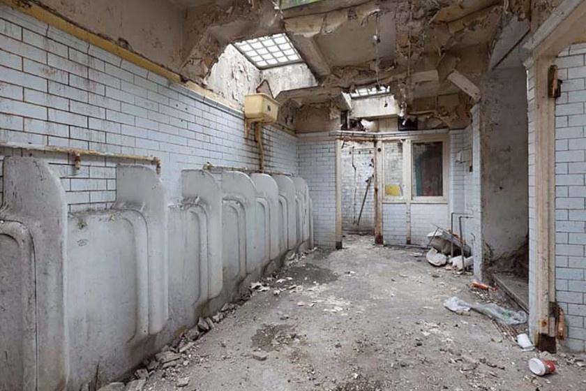 Bár elsőre reménytelen vállalkozásnak tűnhet, ezt a siralmas állapotú nyilvános vécét vették kezelésbe a munkások.