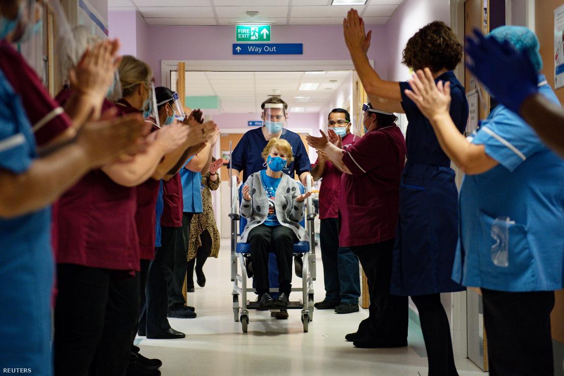 A Coventry egyetemi kórház dolgozói tapsolják meg a 90 éves Margaret Keenant, miután megkapta az első Pfizer/BioNTech koronavírus elleni vakcináját Angliában 2020. december 8-án