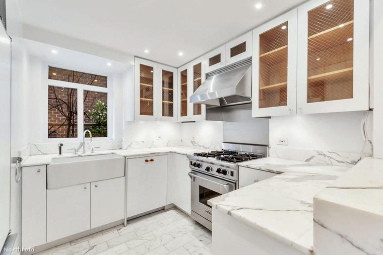 A csaknem 118 négyzetméteres lakásban két átlagos méretű hálószoba, két kisebb, viszont fényűző fürdőszoba, 40 négyzetméteres terasz, és egy nyolc és fél méter hosszú nappali-étkező található