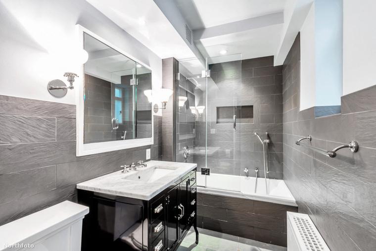 Íme az egyik, fényűzően felújított fürdőszoba