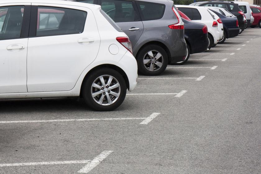 A büntetések és a forgalom többi résztvevőjének zavarása elkerülése végett illik tudni, hol szabad megállni vagy parkolni.