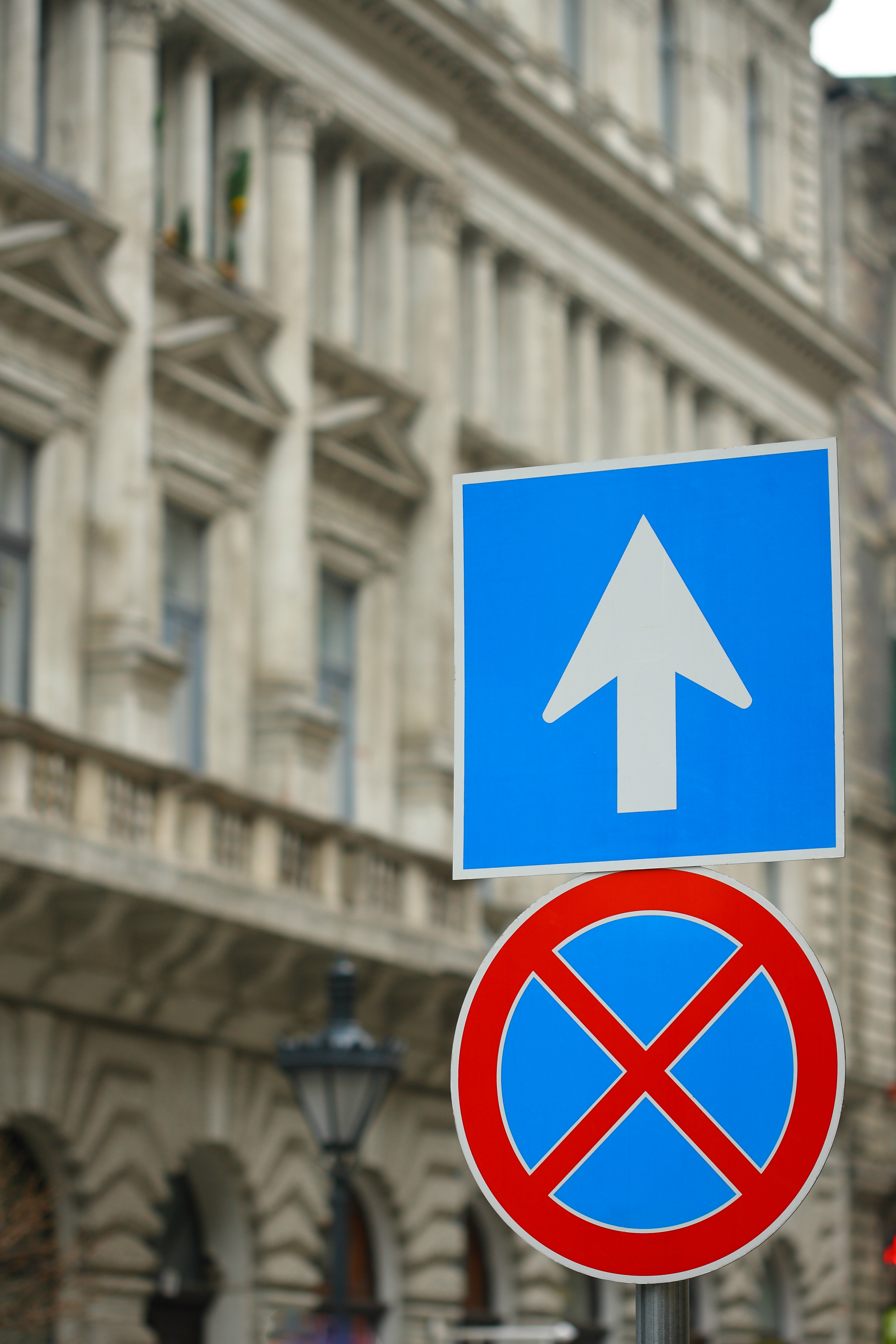 Szabad parkolni az egy forgalmi sáv szélességű út bal oldalán, ha ezt a jelzést látod?