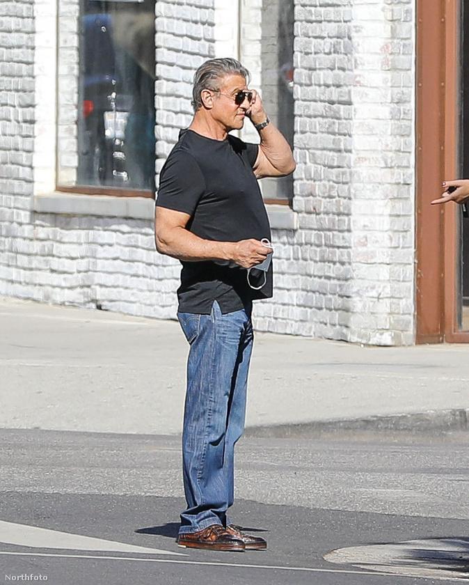 Stallone szabálykövető állampolgár, úgyhogy a bolt elhagyása után nem sokáig tétlenkedett, és amint letette a telefont, feltette a maszkját.