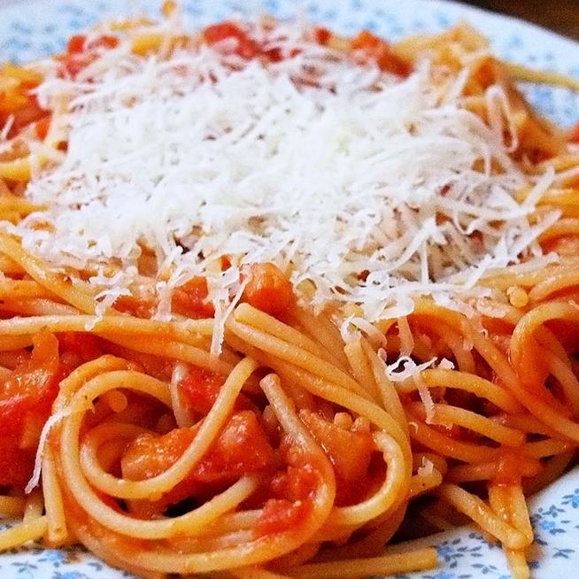 Szaftos, paradicsomos spagetti pirított szalonnával - Hagyományos olasz recept alapján