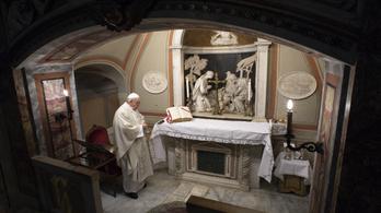A kijárási korlátozások miatt korábban tart misét Ferenc pápa
