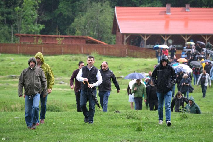 Hargita megyei magyarok, akik élőláncot alkotva próbálták megakadályozni, hogy ortodox szertartás keretében felszenteljék a temetőben törvénysértően létesített román emlékművet és parcellát 2019. június 6-án.