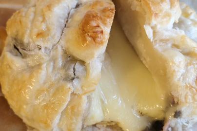 Krémesre sült camembert leveles tésztába bújtatva – Wellington módra készül a sajt