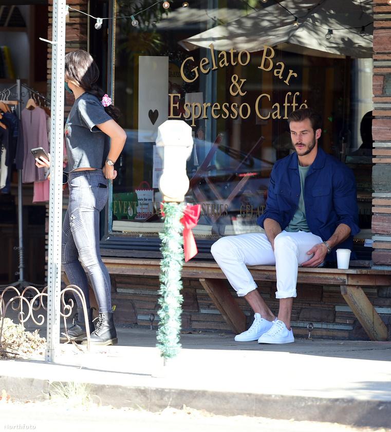 Aztán miután megvolt a ruhacsere, leült az egyik bolt előtti padra és megkérte a barátnőjét, hogy fotózza le.
