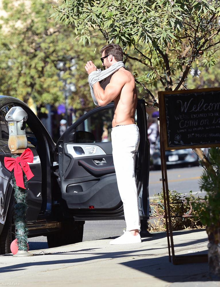 Lachowicz, aki már a Calvin Klein és a Ralph Lauren márkák kampányában is feltűnt, a legnagyobb nyugalommal öltözött át az utcán