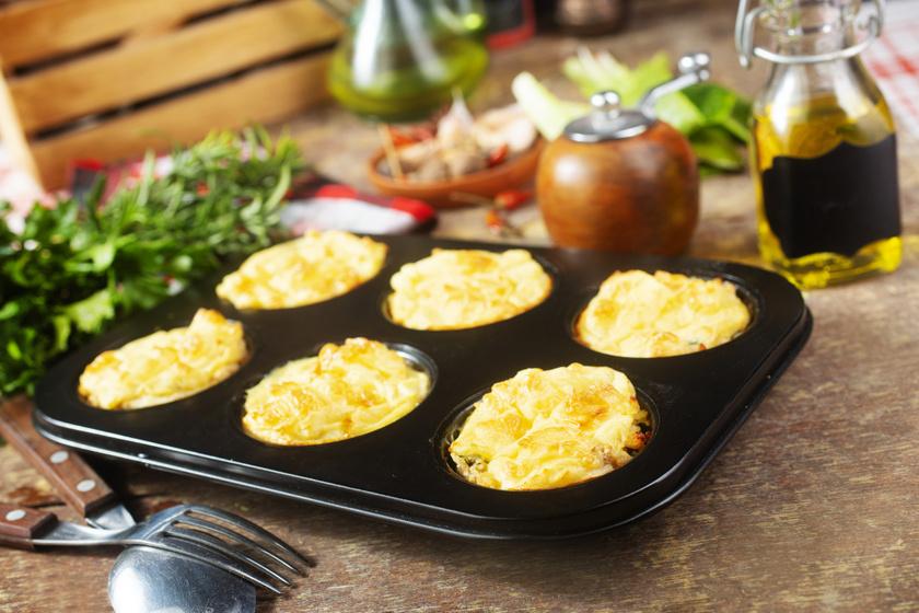 Sajtos-baconös csirkemell muffinformában: különleges köntöst kap a népszerű recept