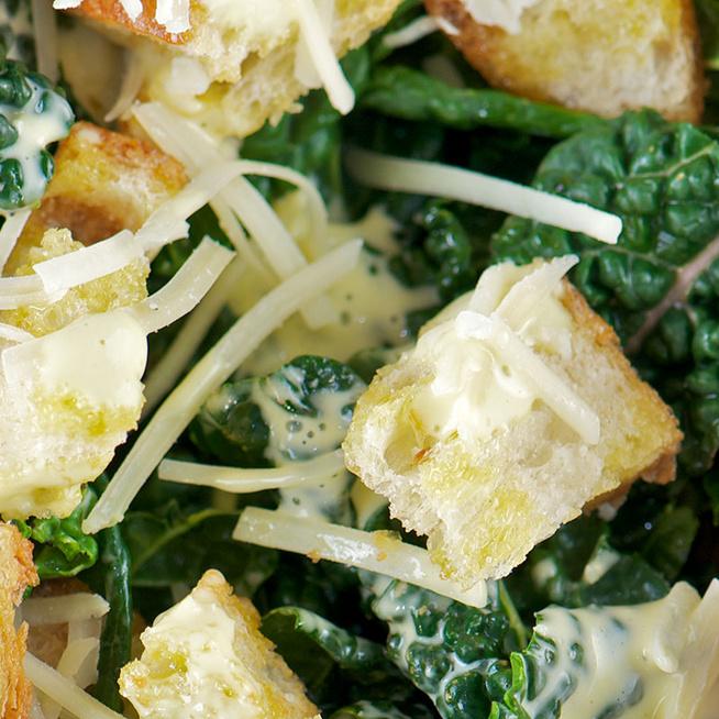 Cézár-saláta téli kiadásban: roppanós kelkáposzta az alapja