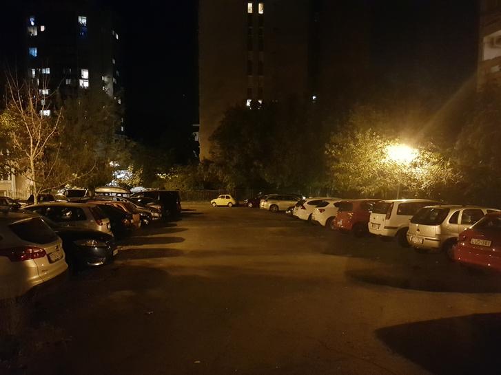 Ez itt a Pálos utcai parkoló, ma. Itt szereltem az összes autómat, az én Fiatom pont ott parkolt mindig, ahol most a Katié