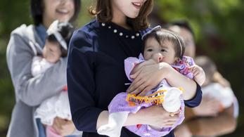 Mesterséges intelligenciát vetnek be Japánban, hogy több gyerek szülessen