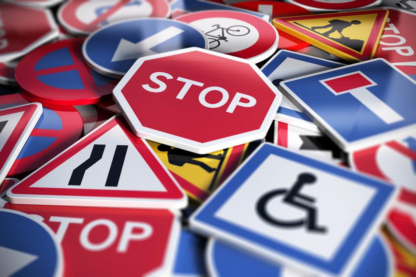 KRESZ-tábla-kvíz: tudod, melyik a várakozni tilos tábla? Teszteld tudásodat!