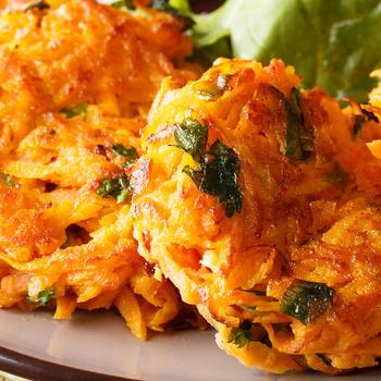 Ropogósra sült tócsni diétásan: krumpli helyett reszelt répa az alapja