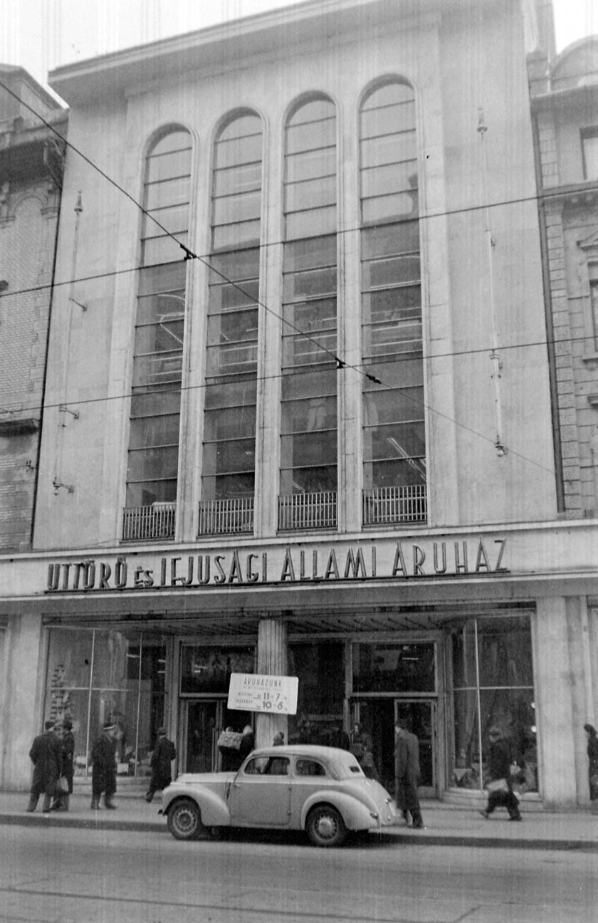 A híres Úttörő Áruház több épületet is elfoglalt a Kossuth Lajos és a Reáltanoda utcában. 1950-ben nyitott Úttörő és Ifjúsági Állami Áruház néven. Előtte működtetett itt üzletet Holzer Simon, majd Nagykovácsy Milenkó, és az Állami Áruházak lánc tagja is volt az áruház.
