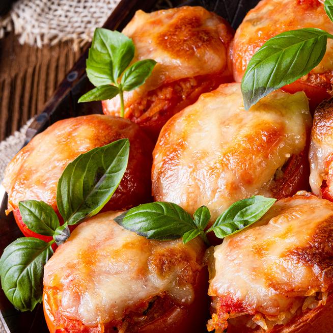 Zöldségekkel és sajttal töltött paradicsom – Gyorsan összedobható a mennyei ebéd