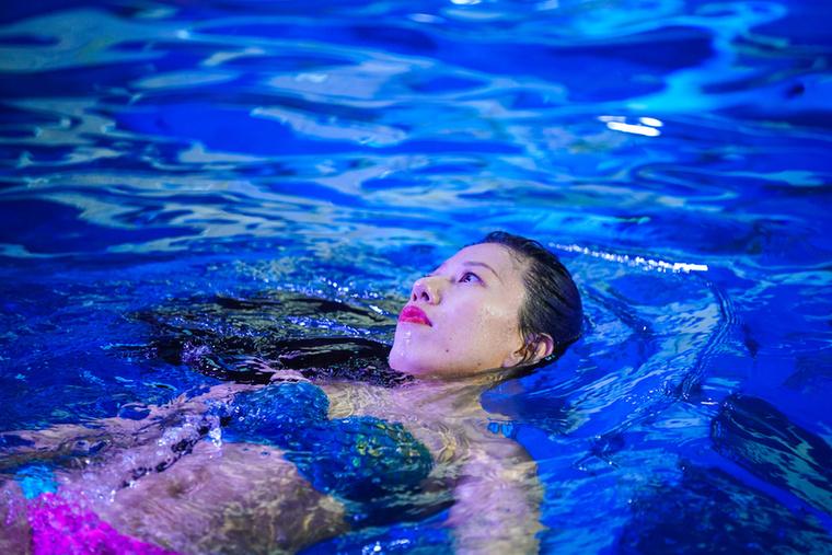 Ön is ábrándozott gyerekkorában arról, hogy sellő szeretne lenni? A 40 éves Liu Lannek a sellőlét nem egy álom, hanem munka: a kínai nő egy nemzetközileg elismert sellő, aki napi több órát tölt a víz alatt a Harbinban található Poseidon Underwater World szabadidős szórakozóhelyen.