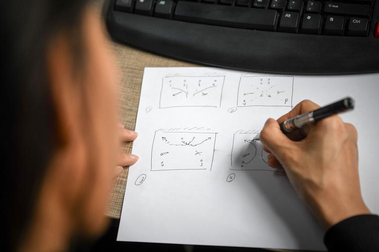 Liu Lannak naponta többször is látványos vízi  bemutatót kell tartania, amiket gondosan és részletesen meg kell terveznie.