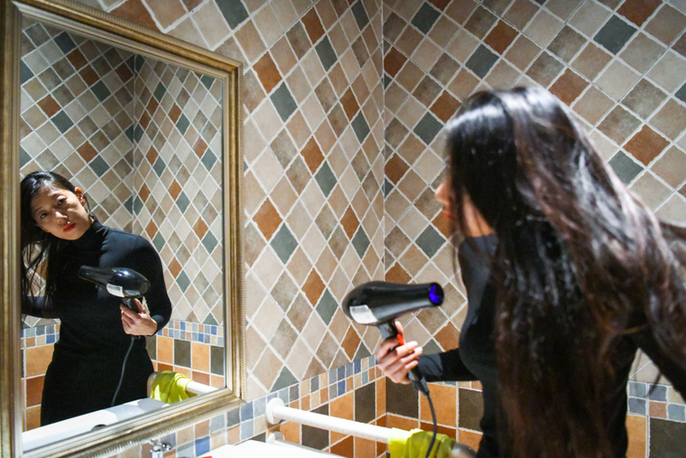 Lan legalább napi négyszer fürdik, amitől bőre érzékennyé és szárazzá vált