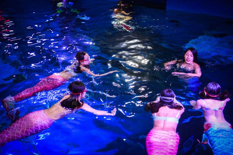 Magától értetődő, hogy egy sellőnek jól kell tudnia úsznia, de a testsúlyára is figyelnie kell, csak tökéletes alakú nőkből lehetnek hivatásos sellők