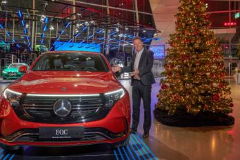 Egymás villanyautóit állította ki a BMW és a Mercedes