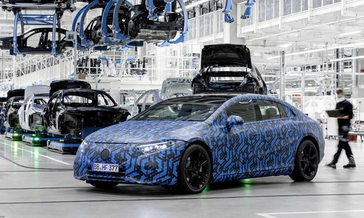 Álcázott gyári fotó a Mercedes EQS prototípusáról