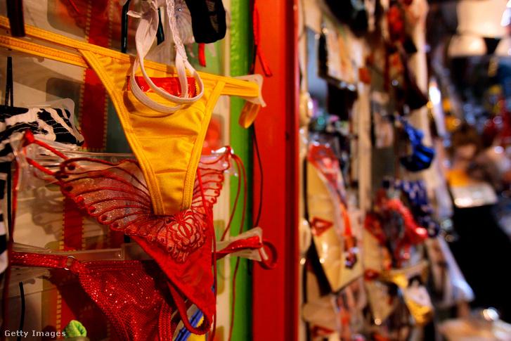 Sárga és piros fehérneműk árusítása Mexikóban, a tradicionális újévi amulettek
