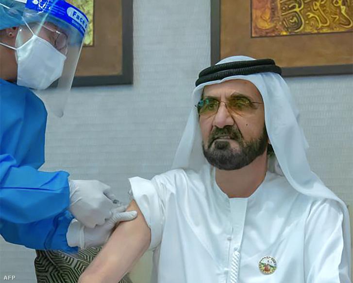 Mohammed bin Rashid Al-Maktoum, Dubaj uralkodó koronahercege koronavírus elleni védőoltást kap a 2020. november 3-án közreadott képen