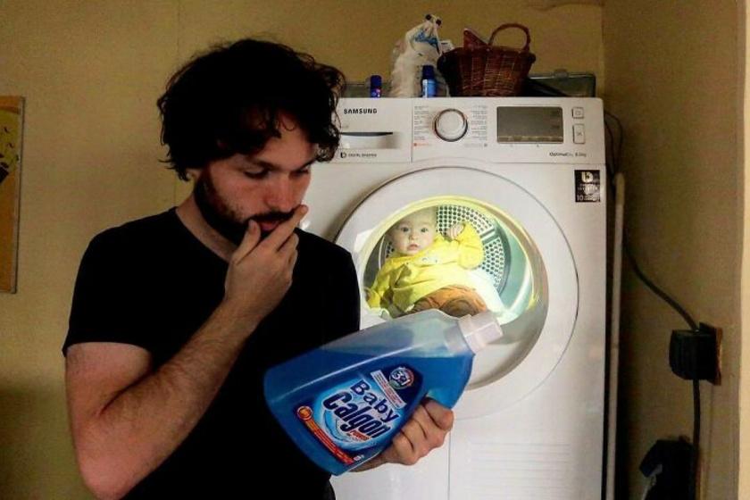 """""""Persze, drágám, minden rendben, épp egy adag mosást teszek be"""" - írta a vicces kedvű apa a fotó mellé."""