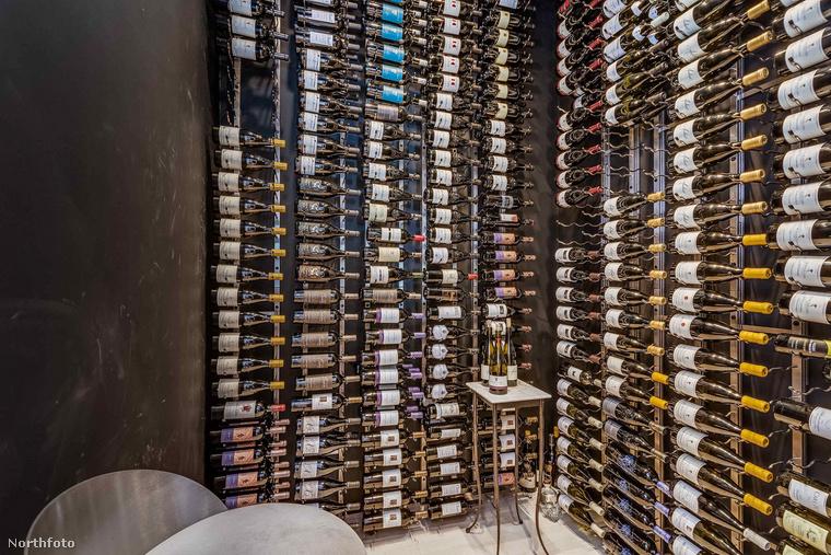 akad benne egy 810 palack bort felvonultató pince, edzőterem, könyvtárszoba, ebédlő, és még sok más.