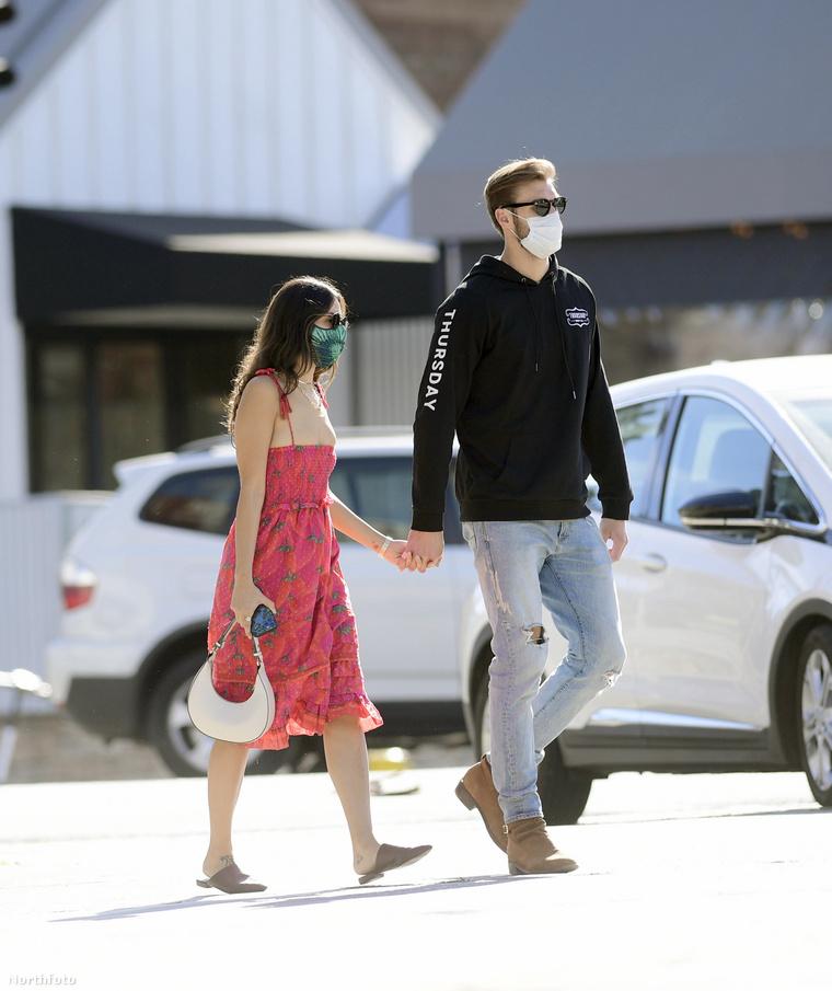 Pár nappal később pedig ugyancsak Los Angelesben fotózták le őket a lesifotósok, ekkor már kézen fogva sétálgattak lapozgatónk hősei, hogy minden kétséget eloszlassanak: igen, ők valóban egy pár.