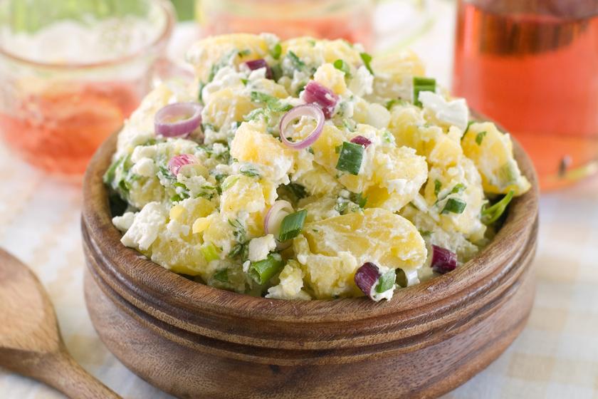 Majonézes krumplisaláta sok hagymával, behűtve: így szeretjük a legjobban
