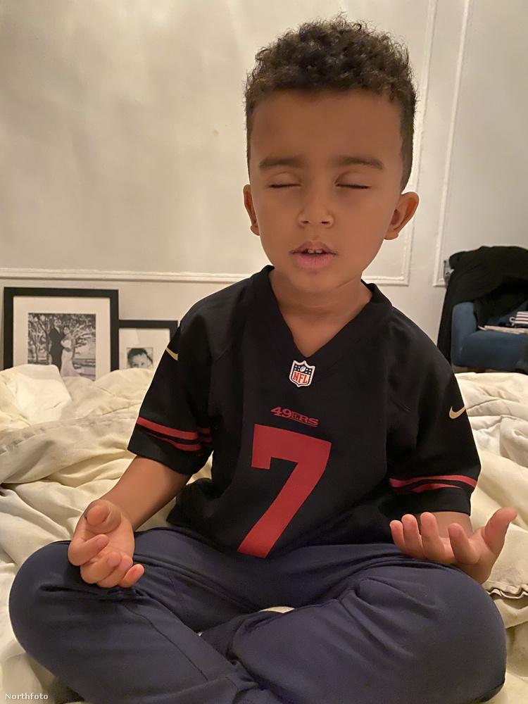 Ez a kisfiú öt éves és pont öt képünk van róla, mutatjuk az összeset! A kissrácot Bond Hillnek hívják, New Yorkban lakik, és rendszeresen szokott meditálni