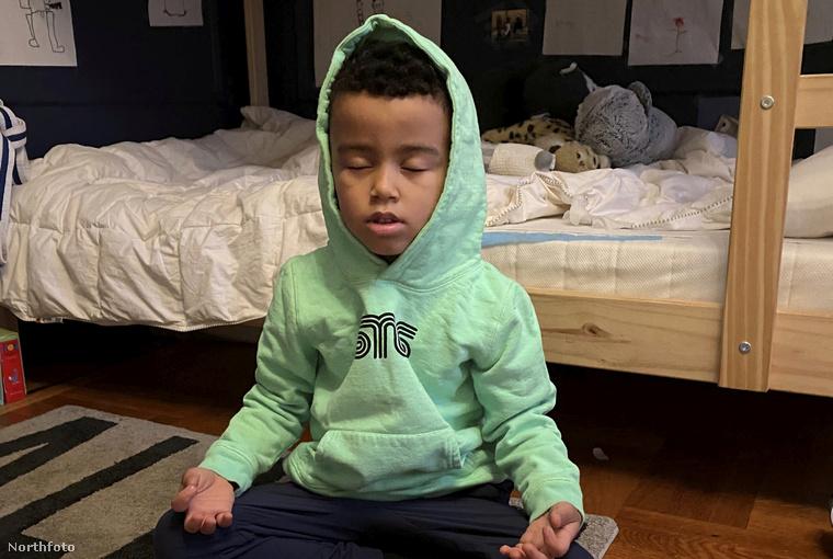 A kisfiú 18 hónapos kora óta szokott meditálni, és nemrég arról szerzett tudomást, hogy New Yorkban vannak szegénységben élő, illetve hajléktalan gyerekek is, akik semmit nem fognak kapni karácsonyra