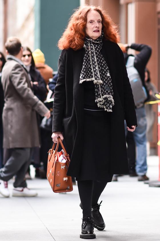 Szereti a fekete összeállításokat, amiket általában egy különlegesebb sállal, táskával vagy cipővel dob fel. Igazi divatdiktátor ebben a szettben.