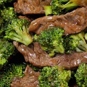 Brokkolival pirított, fűszeres marhahús – A serpenyőben érnek össze az ízek