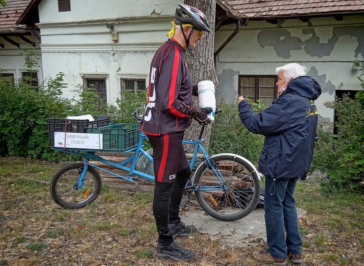 A kerékpárosklub és a VM önkéntese az ételosztások helyszínén
