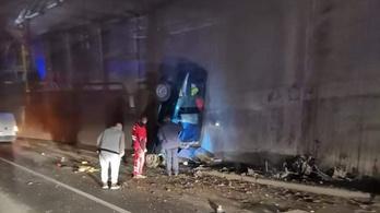 Fejre állt egy autó Tatabányánál, miután nekicsapódott a felüljáró pillérjének