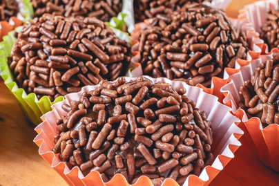 Puha csokigolyó sűrített tejjel gyúrva – A brazil édességnek te sem fogsz tudni ellenállni