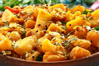 Elképesztően fűszeres krumplisaláta – Az indiai változat édesburgonyával készül