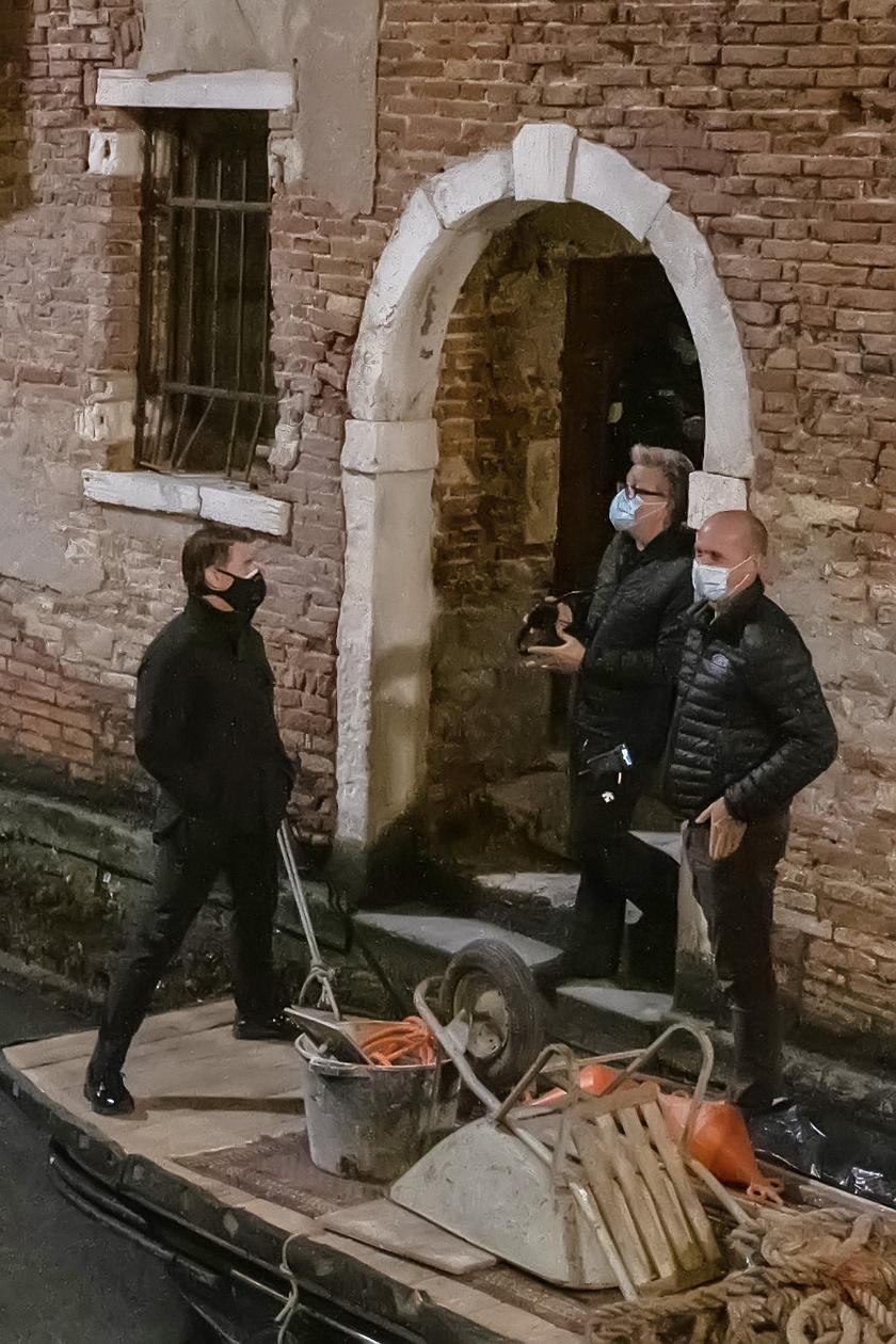 Tom Cruise szigorúan betartja a Covid-19 miatt hozott szabályokat, a maszkot is csak akkor veszi le, ha már kamerával veszik a jelenetet.