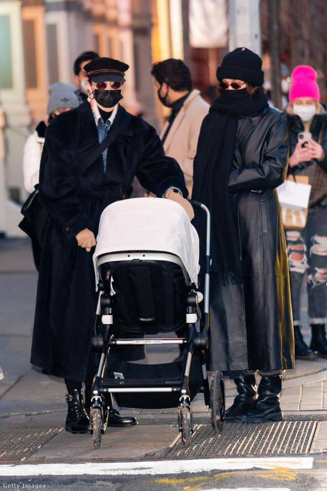 Azt nem mondjuk, hogy a ruházat segít a rájövésben, mert a két személy pont úgy öltözködik, mint mindenki Budapesten (is).