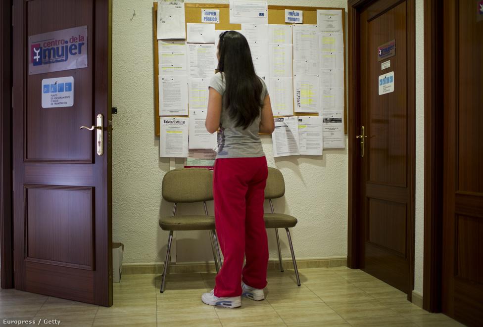 Munkalehetőségeket keres egy fiatal lány a helyi munkaügyi hivatalban. A kilátások nem jók, a fiatalok körében ötven százalék fölött a munkanélküliség, vagyis csak nagyjából minden második huszonévesnek van munkája.