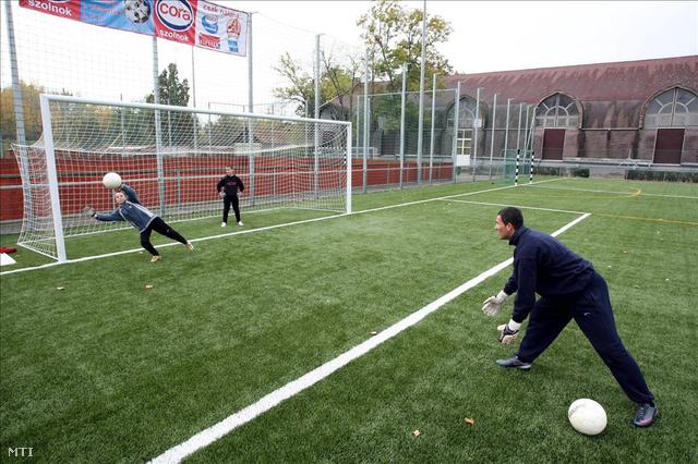 Utánpótlás korú labdarúgók edzenek Szolnokon a Tiszaligatben